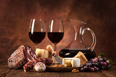 Natura morta con vino, formaggio e le salsiccie Fotografia Stock