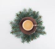 Natura morta creativa di inverno con il ramo di albero dell'abete e della tazza di caffè sulla tavola bianca da sopra stile piano Fotografia Stock