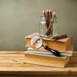 Natura morta d'annata con i libri sulla tavola di legno Fotografie Stock Libere da Diritti