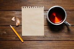 Natura morta d'annata con la matita, la carta e la tazza Fotografia Stock Libera da Diritti