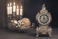 Natura morta d'annata con la sveglia sulla notte di Natale Immagini Stock Libere da Diritti