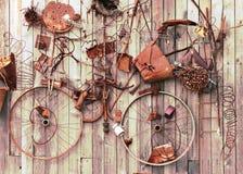 Natura morta degli elementi arrugginiti del metallo su fondo di legno. fotografia stock libera da diritti