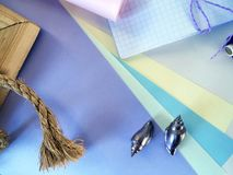 Natura morta degli elementi del cucito in tavolozza lilla su un fondo leggero per la festa Fotografia Stock