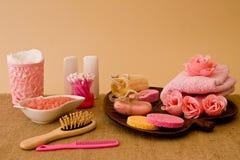 Natura morta degli strumenti e mezzi per skincare e capelli in un co rosa fotografia stock libera da diritti
