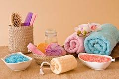 Natura morta degli strumenti e mezzi per skincare e capelli in un rosa immagini stock libere da diritti
