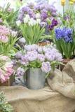 Natura morta dei fiori in un secchio immagini stock