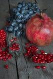 Natura morta dei melograni e dell'uva Immagini Stock