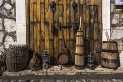 Natura morta del canestro di vimini dei vecchi utensili, lampade, prugna arrugginita, barilotto di legno in Città Vecchia di Most fotografia stock libera da diritti