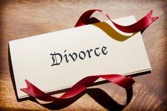 Natura morta del documento di divorzio sullo scrittorio di legno Fotografia Stock