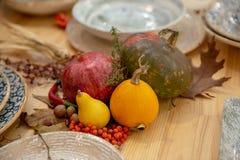 Natura morta del granato e delle zucche decorazione per il ristorante fotografie stock libere da diritti