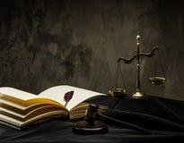 Natura morta del manto del giudice immagine stock libera da diritti