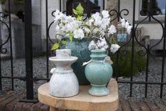 Natura morta del mercato delle pulci con i vasi di pietra Fotografia Stock