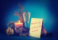 Natura morta del nuovo anno con una cartolina contro il blu Immagine Stock