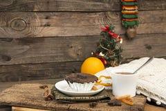 Natura morta del nuovo anno e di Natale con il bigné del cioccolato Immagini Stock Libere da Diritti