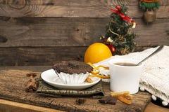Natura morta del nuovo anno e di Natale con il bigné del cioccolato Fotografia Stock