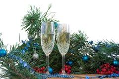 Natura morta del nuovo anno e di Natale, vetri del champagne, pino, orna Fotografie Stock Libere da Diritti