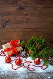 Natura morta del ` s del nuovo anno con i giocattoli del contenitore di regalo e del ramo e di festa di albero dell'abete fotografie stock libere da diritti