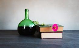 Natura morta del vino e del vecchio libro Fotografia Stock Libera da Diritti