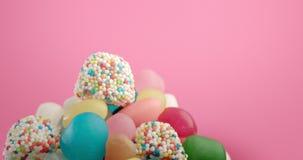 Natura morta deliziosa delle caramelle variopinte archivi video