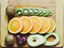 Natura morta dell'avocado, dell'uva, dell'arancia e del kiwi Fotografie Stock Libere da Diritti