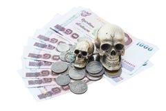 Natura morta dell'essere umano del cranio con soldi, moneta Immagini Stock Libere da Diritti