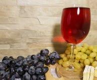 natura morta dell'uva, autunno di legno delle specialità gastronomiche della tavola immagini stock