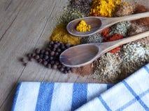 Natura morta della cucina con le spezie e gli strumenti Immagini Stock Libere da Diritti