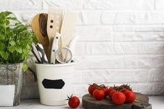 Natura morta della cucina su un fondo bianco del muro di mattoni Fotografia Stock