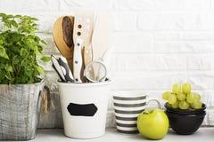 Natura morta della cucina su un fondo bianco del muro di mattoni Immagini Stock