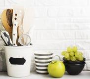 Natura morta della cucina su un fondo bianco del muro di mattoni Fotografia Stock Libera da Diritti