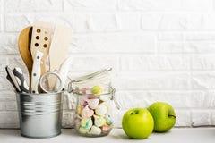 Natura morta della cucina su un fondo bianco del muro di mattoni Fotografie Stock Libere da Diritti