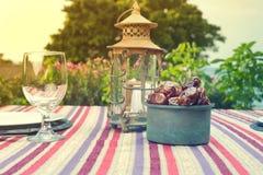 Natura morta della frutta delle date e di Ramadan Lamp Immagine Stock Libera da Diritti