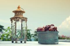 Natura morta della frutta delle date e di Ramadan Lamp Fotografia Stock