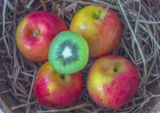 Natura morta della merce nel carrello delle mele isolata su fondo bianco, natura morta della merce nel carrello delle mele isolat Immagine Stock