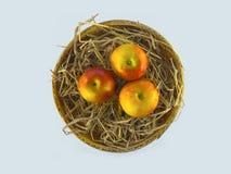 Natura morta della merce nel carrello delle mele sulla vista sommità fondo bianca Immagine Stock