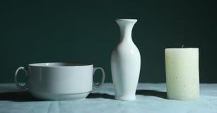 Natura morta della porcellana del barattolo della ciotola bianca e della candela Fotografie Stock Libere da Diritti