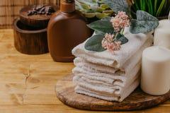 Natura morta della stazione termale con le candele, il fiore e l'asciugamano aromatici - Imag immagini stock