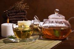 Natura morta della STAZIONE TERMALE: tè verde, olio aromatico, asciugamani Immagini Stock Libere da Diritti