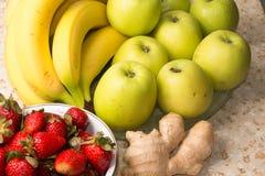 Natura morta delle banane, mele, fragole Fotografia Stock