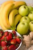 Natura morta delle banane, mele, fragole Immagini Stock Libere da Diritti