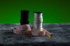 Natura morta delle bobine della fibra del filo, luce, estratto, bobina Immagini Stock