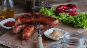 Natura morta delle salsiccie bavaresi grigliate immagini stock libere da diritti