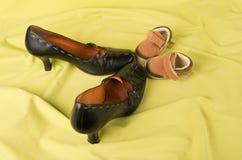 Natura morta delle scarpe del bambino e della mummia Fotografia Stock