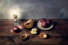 Natura morta delle scene della frutta su una tavola nel fondo d'annata Immagini Stock