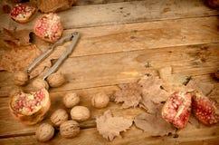 Natura morta di autunno con i melograni Fotografie Stock Libere da Diritti