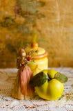 Natura morta di autunno con la cotogna fotografia stock libera da diritti