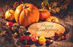 Natura morta di autunno con le zucche, i frutti e le bacche con lo PS della copia Fotografia Stock Libera da Diritti