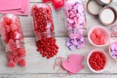 Natura morta di Candy dei biglietti di S. Valentino Fotografia Stock
