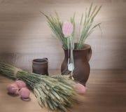 Natura morta di Easters dalle uova e dal clayware dipinti Fotografie Stock Libere da Diritti