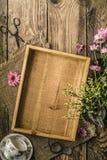 Natura morta di estate con la vista superiore della tazza di tè e dei fiori Fotografie Stock